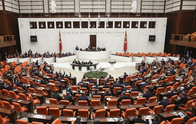 Ισλαμιστές, Κεμαλικοί και Γκρίζοι Λύκοι καταδίκασαν όλοι μαζί τον Μακρόν με ψήφισμα της τουρκικής Βουλής