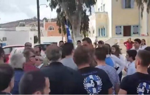 Η Χρυσή Αυγή εμπόδισε παρέλαση στη Σαντορίνη γιατί η σημαιοφόρος ήταν Αλβανή