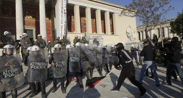 Εκτεταμένα επεισόδια στο κέντρο της Αθήνας – Προπηλάκισαν μέχρι και δόκιμους αξιωματικούς