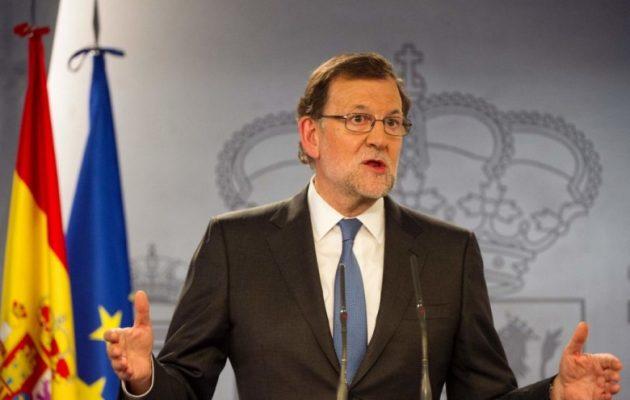 Ο Ραχόι έκανε πράξη την απειλή του:  Ήρε την αυτονομία της Καταλονίας και διαλύει την τοπική Βουλή