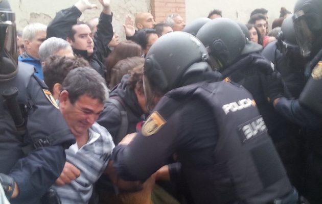 Καταλονία: Πυροβολούν με πλαστικές σφαίρες – Δέρνουν γέρους – Ρέει αίμα – Ντροπή για την ΕΕ (βίντεο)