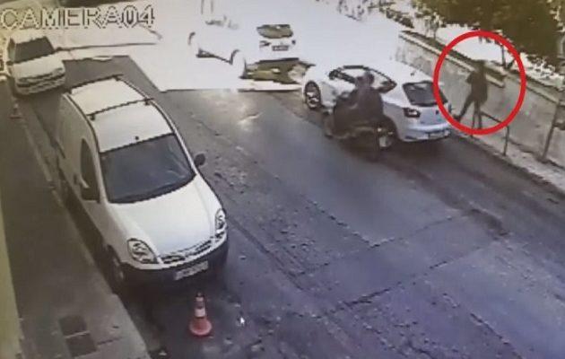 Οι τελευταίες στιγμές της εφοριακού λίγο πριν δολοφονηθεί μέσα στο νεκροταφείο (βίντεο)