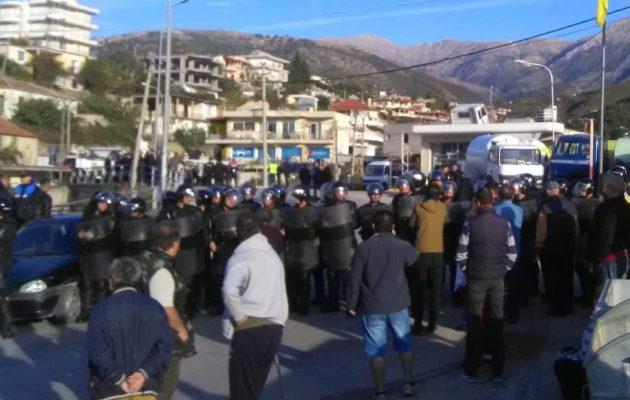 Το αλβανικό καθεστώς επιτίθεται στην ελληνική Χειμάρρα με 3.000 αστυνομικούς και μπουλντόζες (φωτο)
