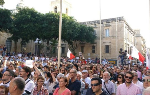 Χιλιάδες Μαλτέζοι διαδήλωσαν διαμαρτυρόμενοι για τη δολοφονία της δημοσιογράφου