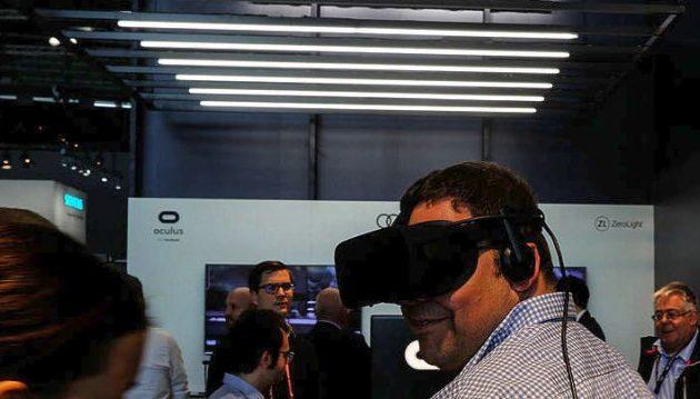 Ο Ζάκερμπεργκ του Facebook ρίχνει στην αγορά νέα συσκευή εικονικής πραγματικότητας