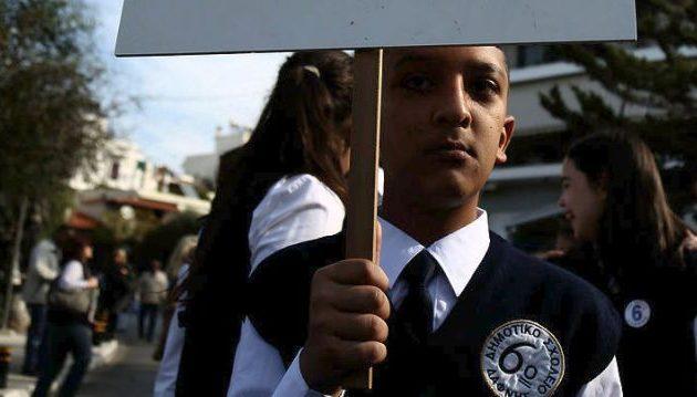 Προκαταρκτική εξέταση για τον 11χρονο Αμίρ που έκανε παρέλαση με πλακάτ