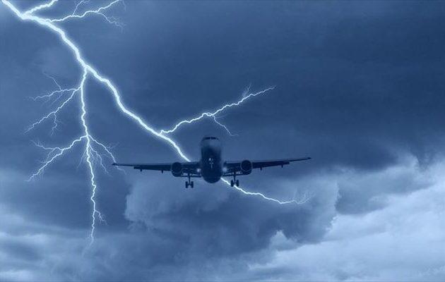 Συγκλονιστικό βίντεο με κεραυνό που χτυπά Boeing 777 στον αέρα…