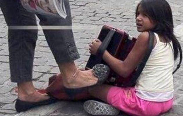 Τρεις μήνες φυλακή στη γυναίκα που είχε κλωτσήσει παιδάκι στην Ακρόπολη