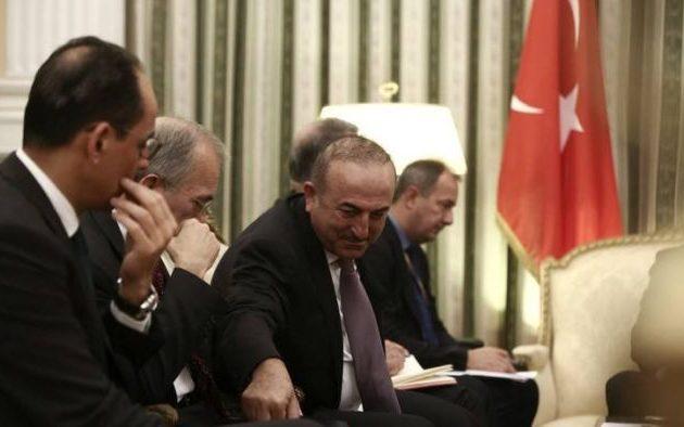 Σαν μαθητής ο Ερντογάν διάβαζε το «σκονάκι» που του έκανε «πάσα» ο Τσαβούσογλου (φωτο)