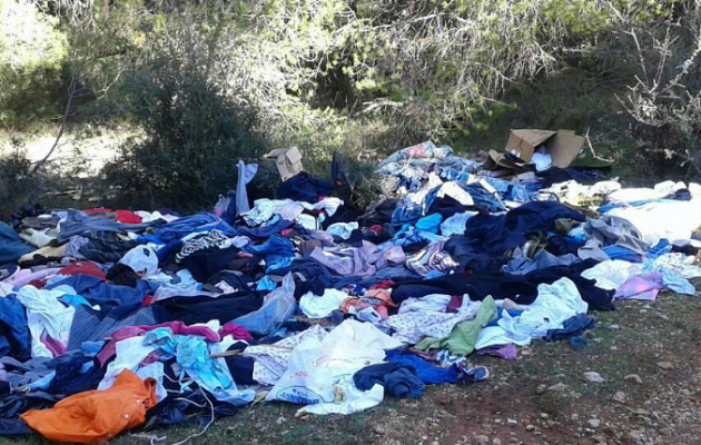 Σάλος από καταγγελίες: Πετούν τα ρούχα που φθάνουν για βοήθεια στη Μάνδρα