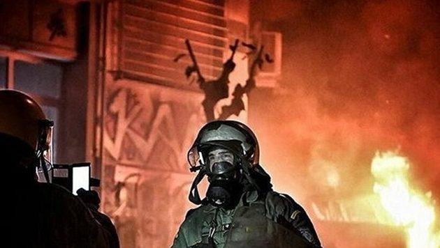 ΜΑΤατζής βγάζει σέλφι και πίσω του καίγονται τα Εξάρχεια