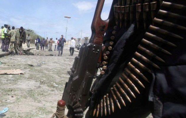 Βομβιστής αυτοκτονίας με στολή αστυνομικού ανατίναξε στρατόπεδο στη Σομαλία – 13 νεκροί