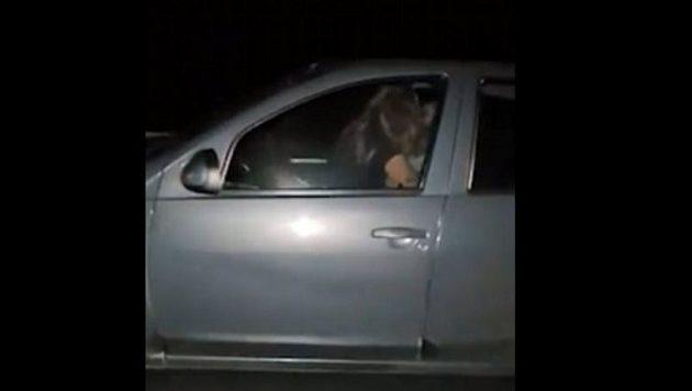 Ξαναμμένο ζευγάρι το «κάνει» σε αυτοκίνητο που τρέχει με 110χλμ! (βίντεο)