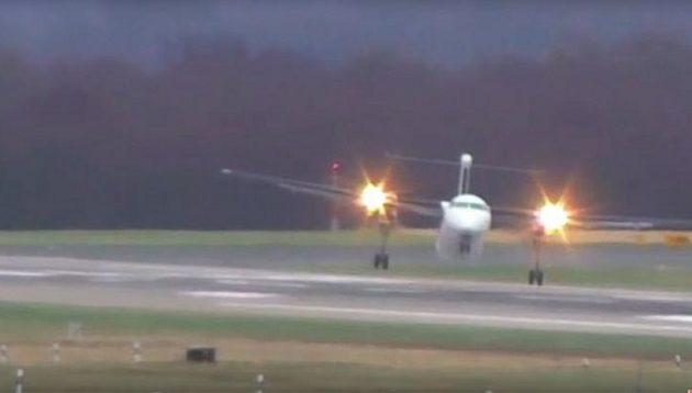 Aεροσκάφος προσγειώνεται με τις… μπάντες λόγω των θυελλωδών ανέμων (βίντεο)