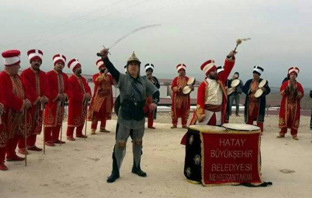 Οπαδοί του Ερντογάν ντύνονται Οθωμανοί και βαράνε τύμπανα στα σύνορα με την κουρδική Εφρίν