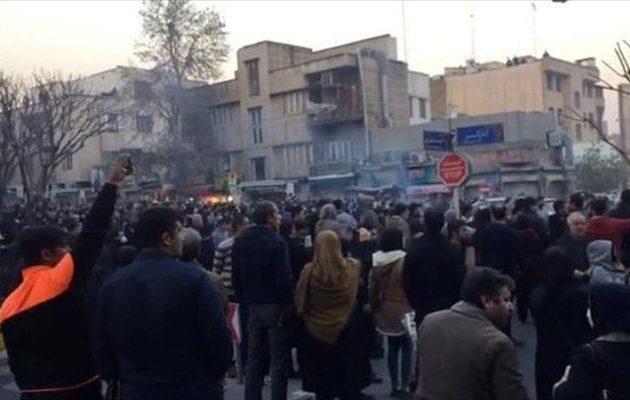 «Ένοπλοι διαδηλωτές επιτέθηκαν σε στρατιωτικές βάσεις και αστυνομία του Ιράν»