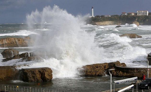 Κακοκαιρία πλήττει την Ευρώπη: Ένας νεκρός από τη φονική καταιγίδα στη Γαλλία (βίντεο)