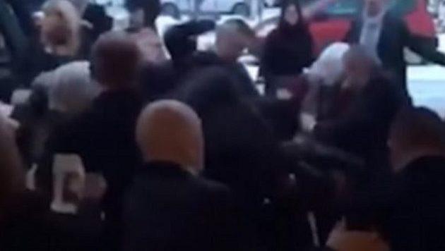 Απίστευτο ξύλο σε κηδεία στη Γλασκώβη (βίντεο)