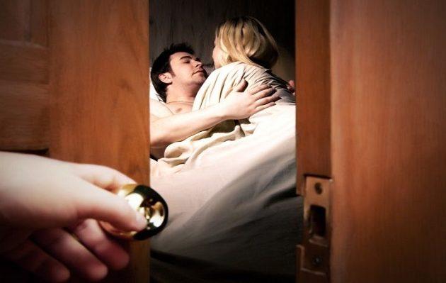Κερατάς σύζυγος κινδυνεύει με φυλάκιση γιατί παρακολούθησε την γυναίκα του μέχρι το σπίτι του εραστή της