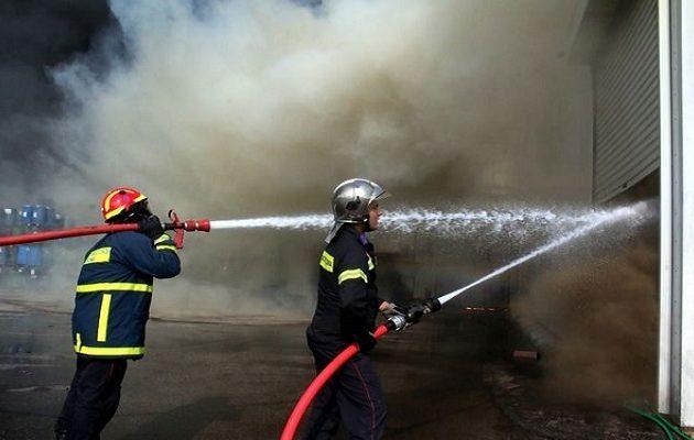 Ένας νεκρός από φωτιά σε εργοστάσιο στη Μάνδρα (βίντεο)