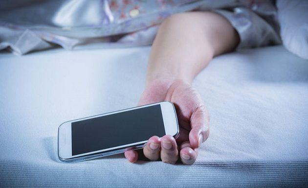 Γιατί ένας στους δύο Έλληνες κοιμάται με το κινητό «αγκαλιά» – Τι έδειξε έρευνα