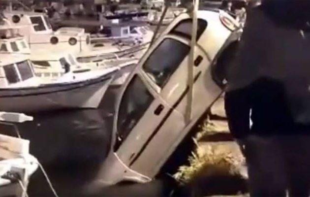 Οδηγός πήγε για τσιγάρα και το αυτοκίνητό του «βούτηξε» στο λιμάνι (φωτο+βίντεο)