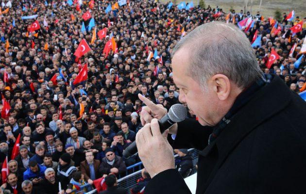 Ο Ερντογάν μας ειρωνεύεται: Οι Έλληνες είναι «τελειωμένοι» και «χρεοκοπημένοι» – Δείτε τους δρόμους τους