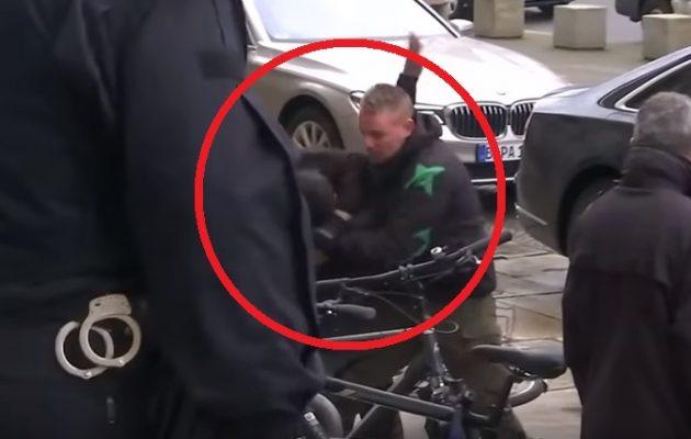 Συνελήφθη άνδρας που επιτέθηκε στη Μέρκελ φωνάζοντας «Αλλαχού Άκμπαρ» (βίντεο)