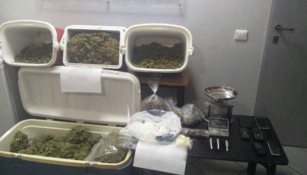 Αστυνομικός συμμετείχε σε κύκλωμα διακίνησης ναρκωτικών – 12 συλλήψεις