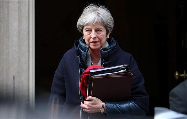 Αποδυναμωμένη η Μέι ρίχνει το «χαρτί» της παραίτησης για να σωθεί το Brexit
