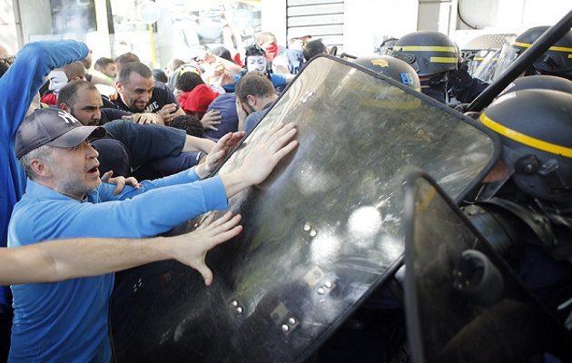 Ξύλο μεταξύ διαδηλωτών και αστυνομίας στο Παρίσι για την πολιτική του Μακρόν (φωτο)