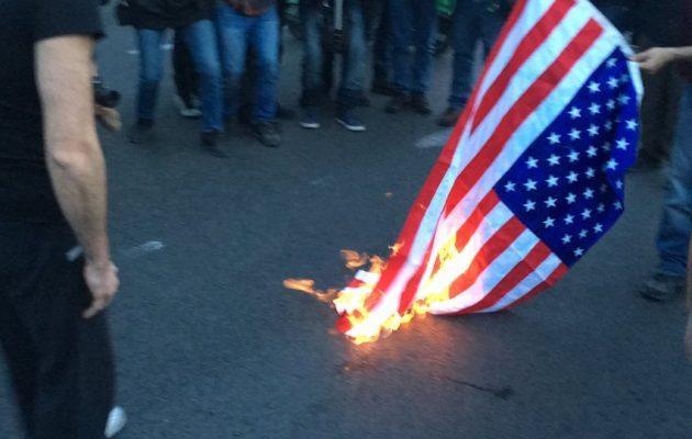 Διαδηλωτές του KKE έκαψαν την αμερικανική, τη βρετανική και τη γαλλική σημαία (βίντεο)