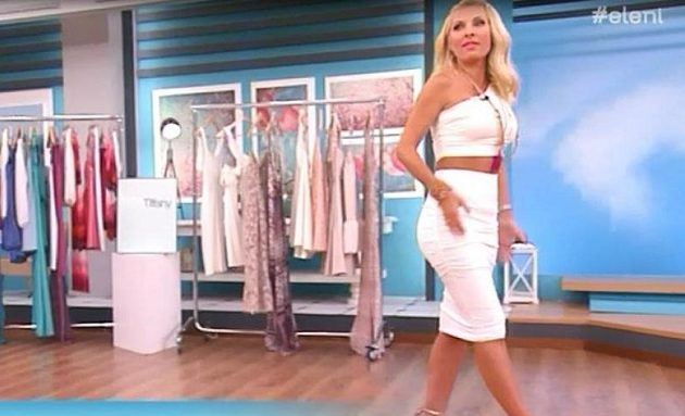 H Μενεγάκη μπήκε στο στούντιο και ξέχασε να κουμπώσει το φόρεμά της (βίντεο)