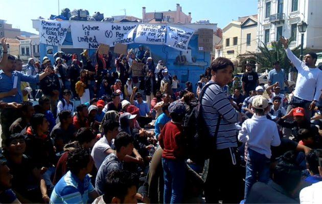 Συνελήφθησαν και οι 120 αλλοδαποί που είχαν καταλάβει την πλατεία Σαπφούς στη Μυτιλήνη