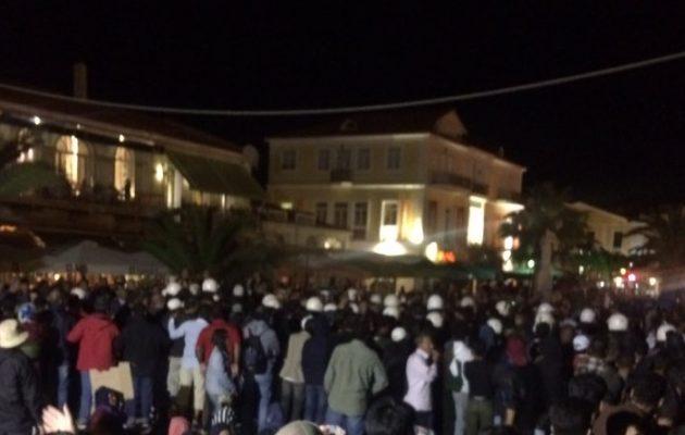 Μυτιλήνη: Μεγάλη ομάδα πολιτών επιτέθηκε σε πρόσφυγες που έχουν καταλάβει την Πλατεία Σαπφούς
