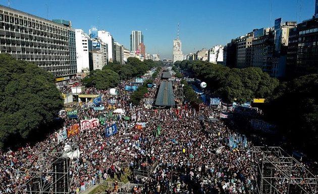 «Η Αργεντινή κινδυνεύει»: Χιλιάδες πολίτες διαδήλωσαν κατά του ΔΝΤ