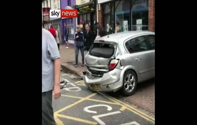 Λεωφορείο παρασέρνει και κάνει σμπαράλια 25 αυτοκίνητα (βίντεο)