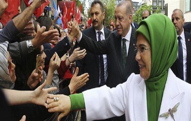 Τα λούσα της «ταπεινής» Εμινέ Ερντογάν  – Με τσάντα 50.000 δολαρίων στο Λονδίνο