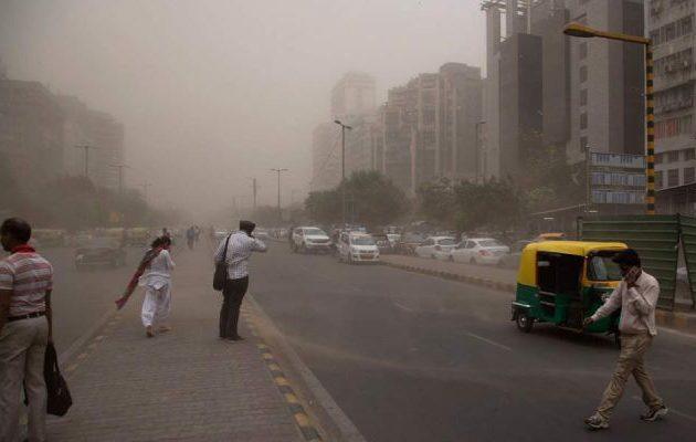 Θρήνος στην Ινδία: 150 νεκροί από αμμοθύελλες και καταιγίδες