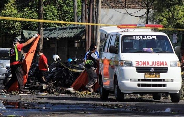 Τέσσερις βομβιστές αυτοκτονίας επιτέθηκαν σε κτίριο της αστυνομίας στην Ινδονησία