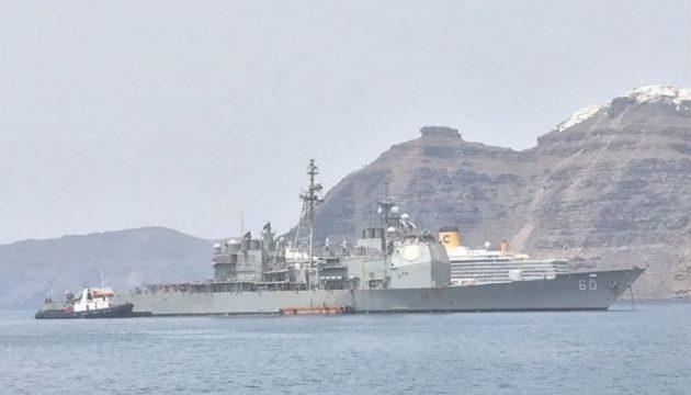 Με ανοιχτό το στόμα στην Σαντορίνη με το USS Normandy «ξυστά» στην καλντέρα (βίντεο)