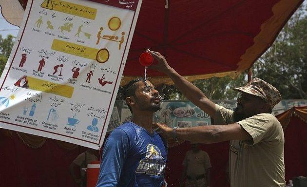O καύσωνας στο Ραμαζάνι σκότωσε 180 άτομα στο Πακιστάν