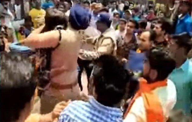 """Αστυνομικός στην Ινδία γίνεται """"ήρωας"""" και μετά αρχίζουν οι απειλές (βίντεο)"""