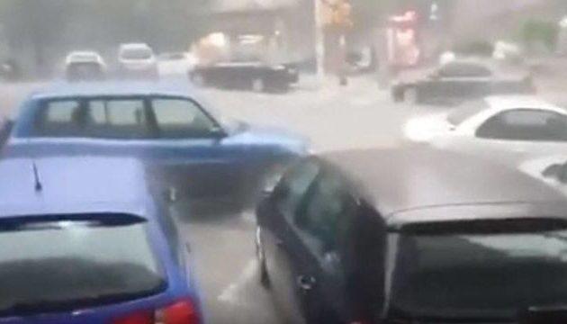 Από τη Θεσσαλονίκη ξεκίνησε η θεομηνία: Παρασύρθηκαν άνθρωποι από τα νερά (βίντεο)