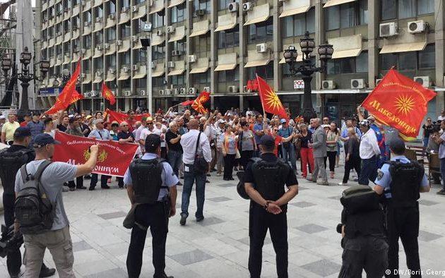 DW: Ο αντίκτυπος της συμφωνίας των Πρεσπών στα Σκόπια – Προτροπές και… δακρυγόνα