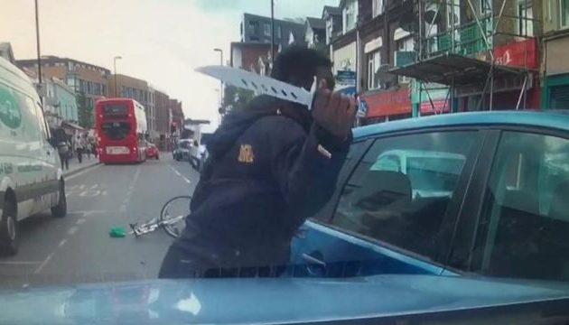Δείτε ποδηλάτη να βγάζει «χατζάρα» σε έντρομο οδηγό γιατί τον «έκλεισε»! (βίντεο)