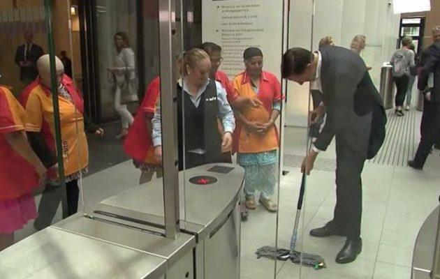 Πρωθυπουργός ρίχνει τον καφέ του και πιάνει τη… σφουγγαρίστρα (βίντεο)