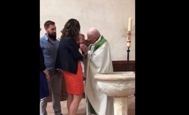 Ιερέας χαστουκίζει μωρό γιατί έκλαιγε στη βάφτιση (βίντεο)