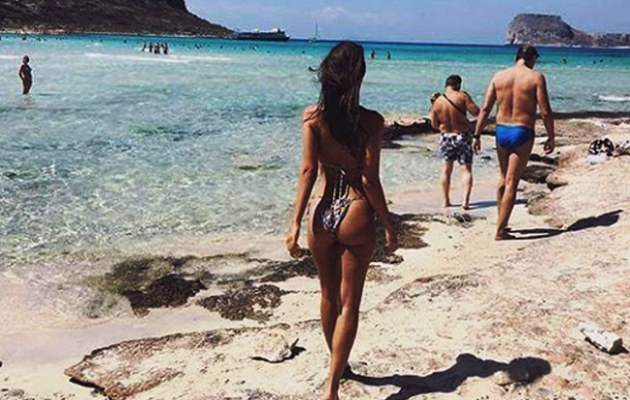 Η Έμιλι Ρατακόβσκι «οπλοφορεί» στις παραλίες με θανατηφόρο μπραζίλιαν (φωτο)