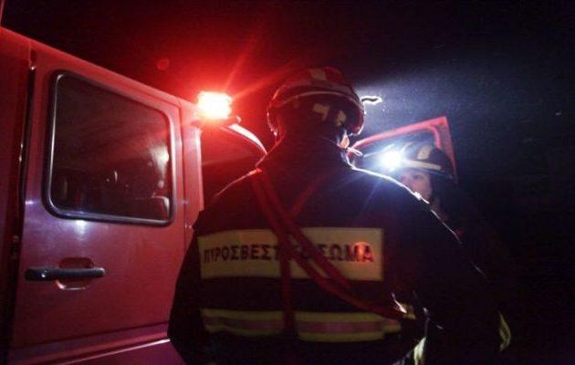 Άγνωστοι έβαλαν «μπουρλότο» σε εννέα οχήματα εταιρείας courier